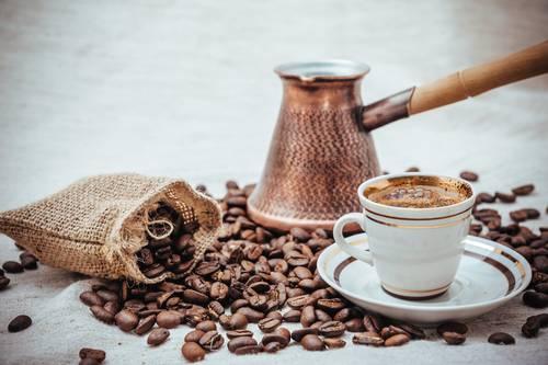 CHashka-kofe-na-fone-turki-i-kofejnyh-zeren.jpg