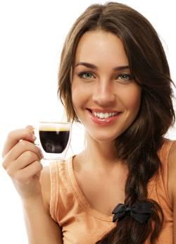 devushka-pjet-kofe.jpg