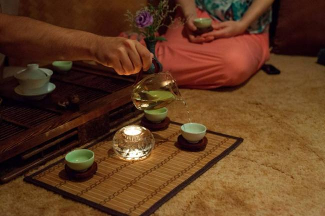 7Разливание-водыВо-время-чаепития-говорят-только-о-прекрасном.jpg