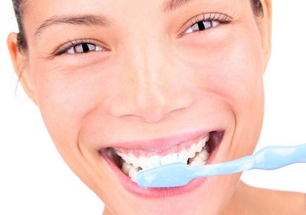 chistka-zubov-maslom-chajnogo-dereva.jpg