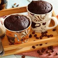 Кекс в кружке с растворимым кофе