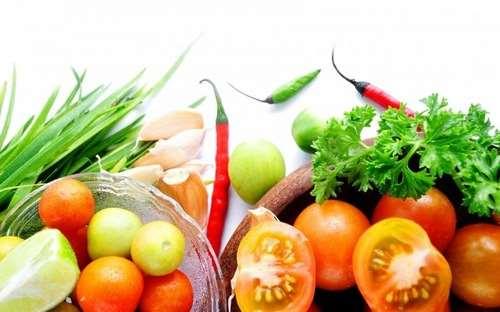 tarelki_ovoschi_pomidory_krasnyy_perec_zelen_chesnok_luk_1680x1050-700x437.jpg