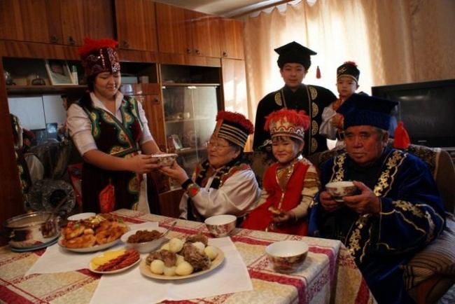 Dlya-gostej-vsegda-gotovitsya-svezhij-kalmytskij-chaj.jpg