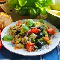 Средиземноморский салат с тунцом, сыром, авокадо и оливками