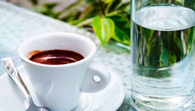 ehspresso-i-stakan-vody.jpg