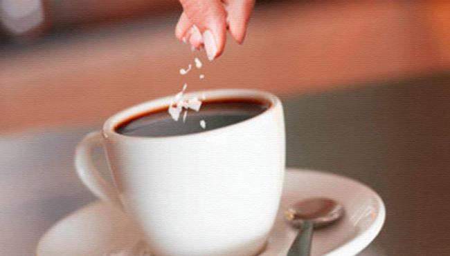 kofe-so-shchepotkoj-soli.jpg