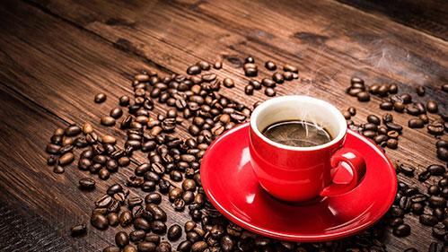 Кофе-в-красной-кружке.jpg