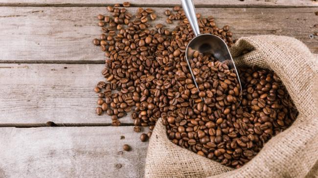 kofeinye-zerna-kofe-meshok-lopatka-1024x576.jpg