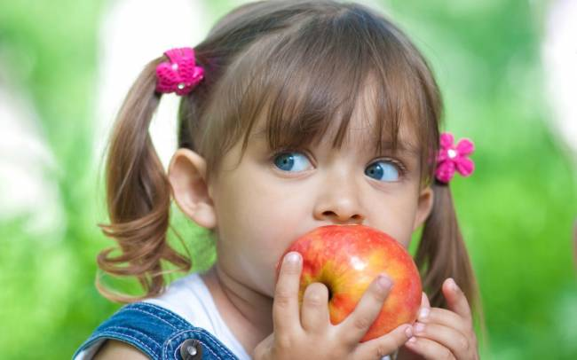 2018People___Children_Little_blue-eyed_girl_with_a_big_apple_123844_.jpg