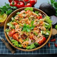 Салат с копченой горбушей и овощами