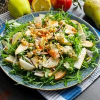 Салат с рукколой грушей и голубым сыром с плесенью