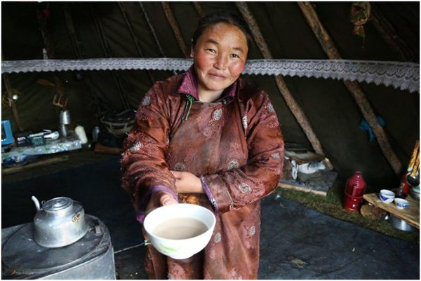 zhenshhina-v-yurte-s-chaem.jpg