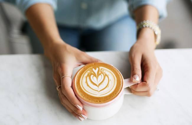 Женщина с коффе