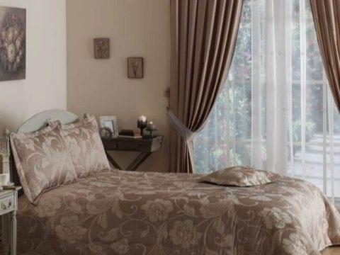 korichnevye-shtory-v-interere-spalni-14.jpg